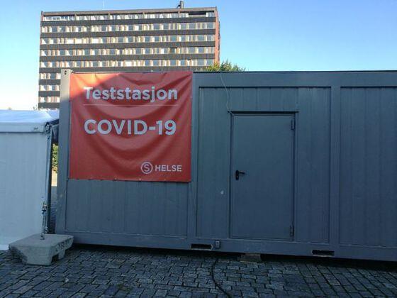 Bildet kan inneholde: container, plakat, bygninger