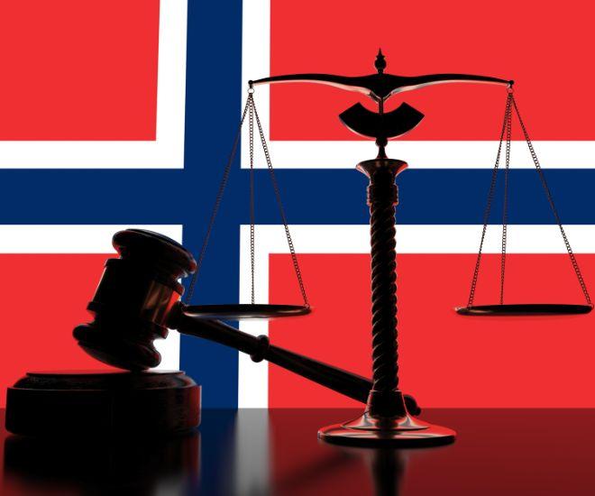 Illustrasjon med norsk flagg i bakgrunn og dommerklubbe og vekt i forgrunnen
