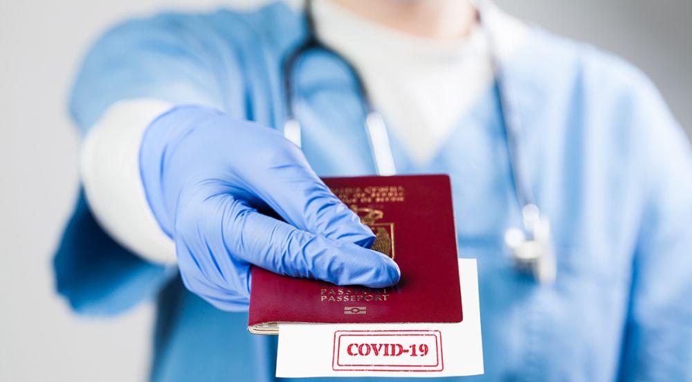 Illustrasjonsfoto: Pass med kort og teksten Covid19