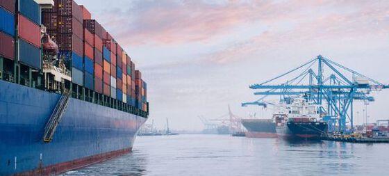 Brann i containerskip, Arabiahavet Brannen om bord på Mærsk Honam oppsto tirsdag ettermiddag, rundt klokken 16.20 norsk tid. Containerskipet lå da rundt 1650 kilometer sørøst for Oman i det arabiske hav(dansk TV 2)