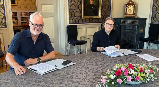 Kunnskapsdirektør Yngvar Åsholt i NAV og dekan Ragnhild Hennum signerer avtalen.