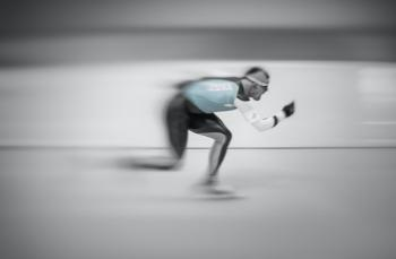 Bildet kan inneholde: stående, menneskelig ben, kne, skøyte, løping.