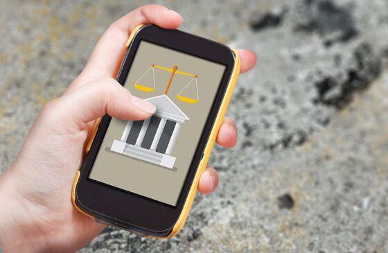 Illustrasjon: en hånd som holder en mobil. På mobildisplayet vises en rettshjelp applikasjon